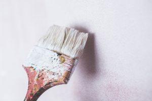 Tvätta din pensel innan färgen hinner torka.