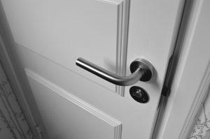 Ett låshus sitter alltid anslutet mot slutblecket (stålplattan) i dörrkarmen.