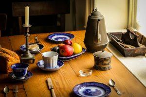 lantlig stil med gammalt porslin