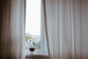 Moderna fönster utan spröjs.