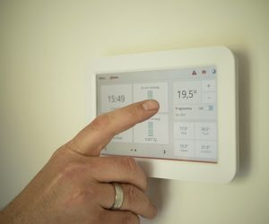 Ett digitalt värmereglage som sitter på väggen